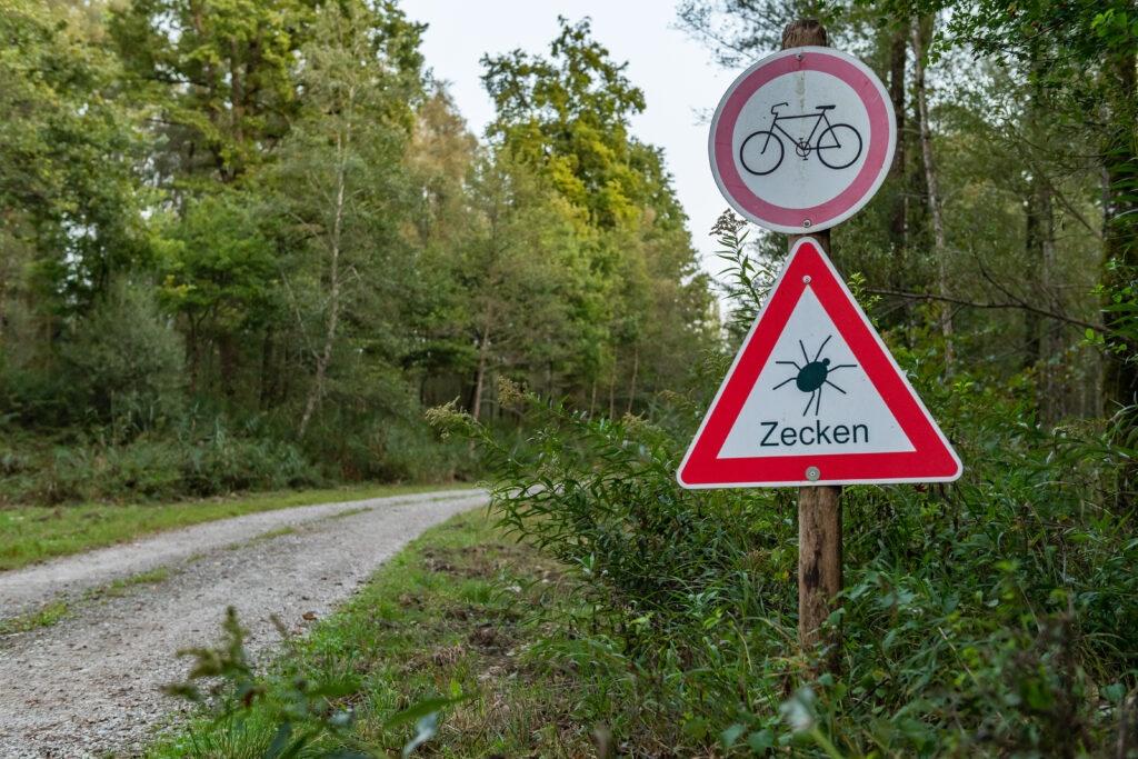 Schild Vorsicht vor Zecken